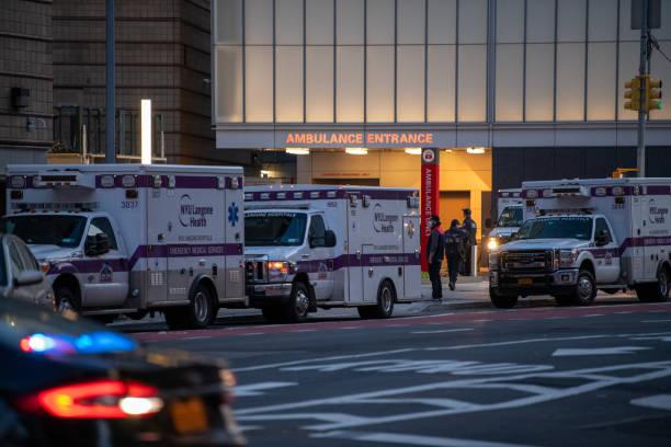 first responders waiting to be deployed during the pandemic in new york - first responders zdjęcia i obrazy z banku zdjęć