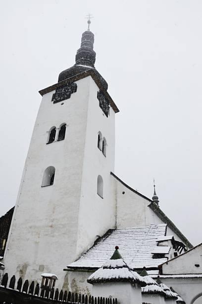 der erste schnee fallen auf katholische bergleute gotische kirche in spania dolina, slowakei - bergmann uhren stock-fotos und bilder
