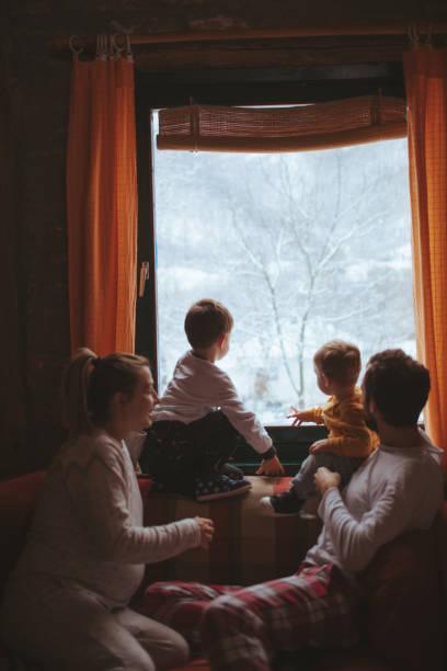 erste schnee  - 4 monat schwanger stock-fotos und bilder
