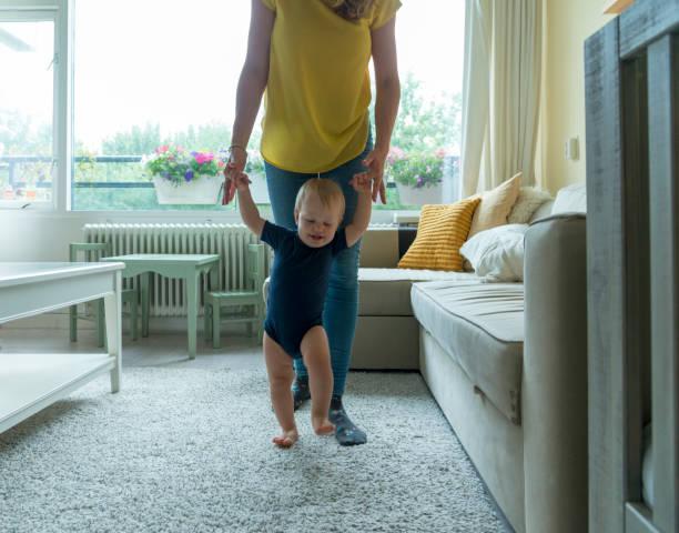 Erste Schritte-Baby, drinnen – Foto