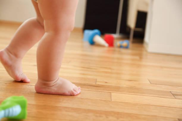 Erste Schritte eines Babys – Foto