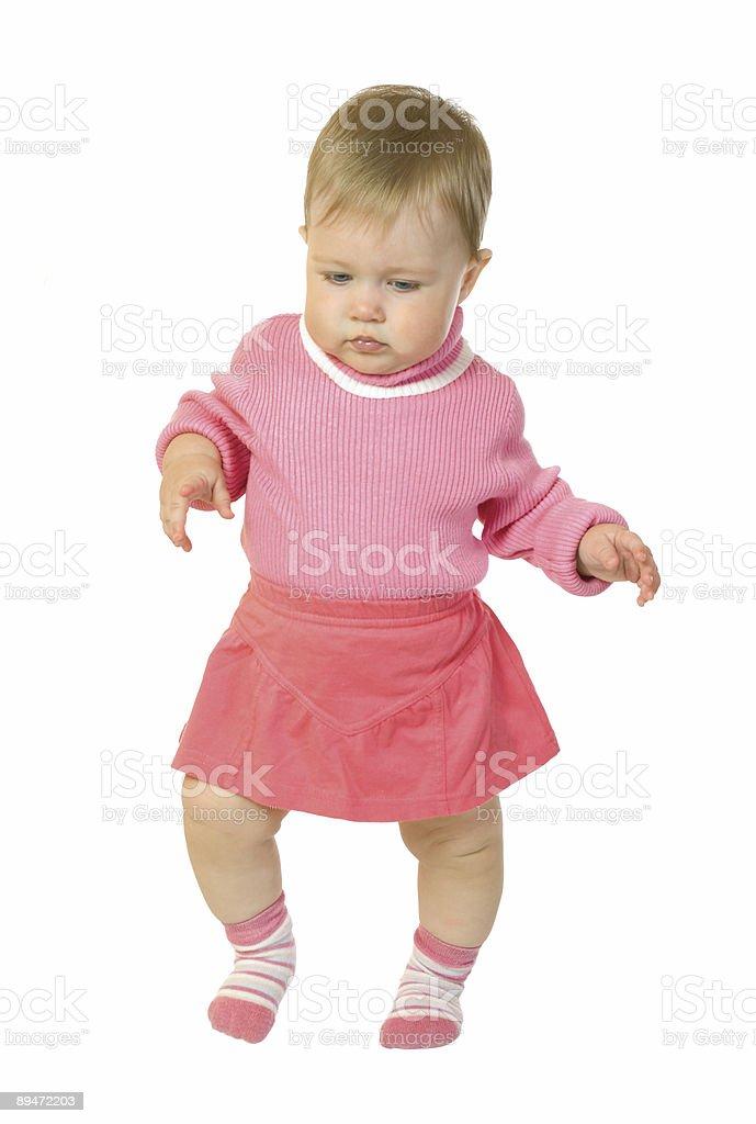 Die ersten Schritte Kleine baby im roten Kleid Lizenzfreies stock-foto