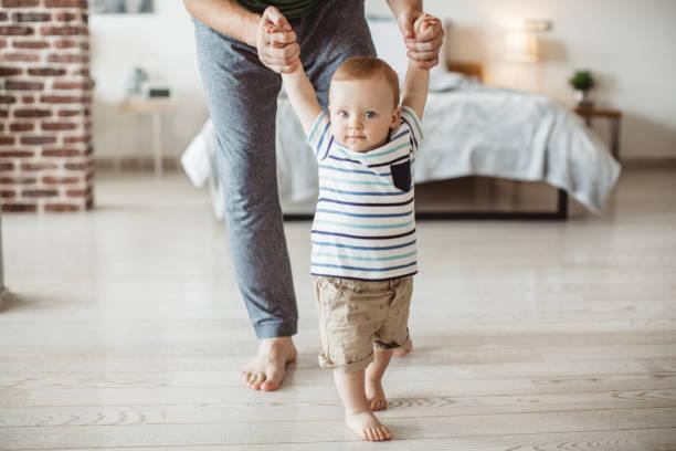 primeros pasos  - padre que se queda en casa fotografías e imágenes de stock