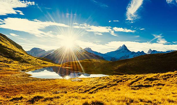 Ersten Sonnenlicht in den Schweizer Bergen (im Herbst) – Foto