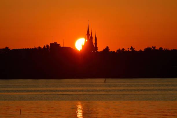 Erster Sonnenaufgang des Jahres über Tokyo Disneyland, aufgenommen vom Kasai Rinkai Park – Foto