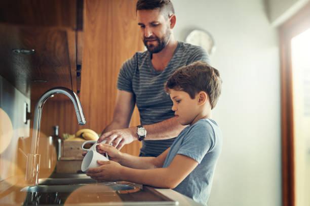 comemos juntos primero limpiamos juntos - tarea doméstica fotografías e imágenes de stock