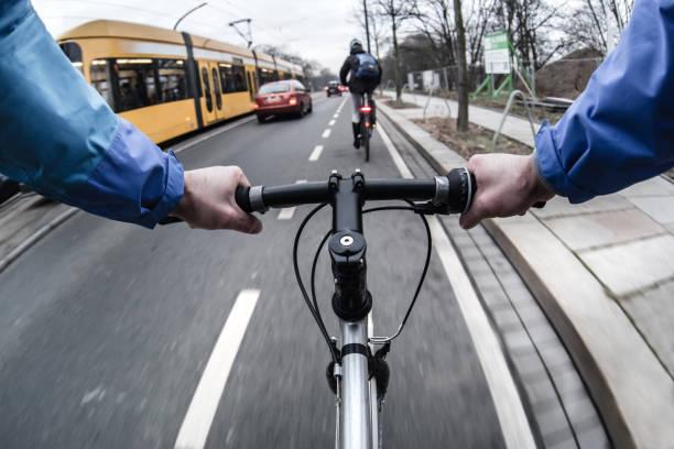first-person-ansicht der radfahrer in der stadt am morgen - radwege deutschland stock-fotos und bilder