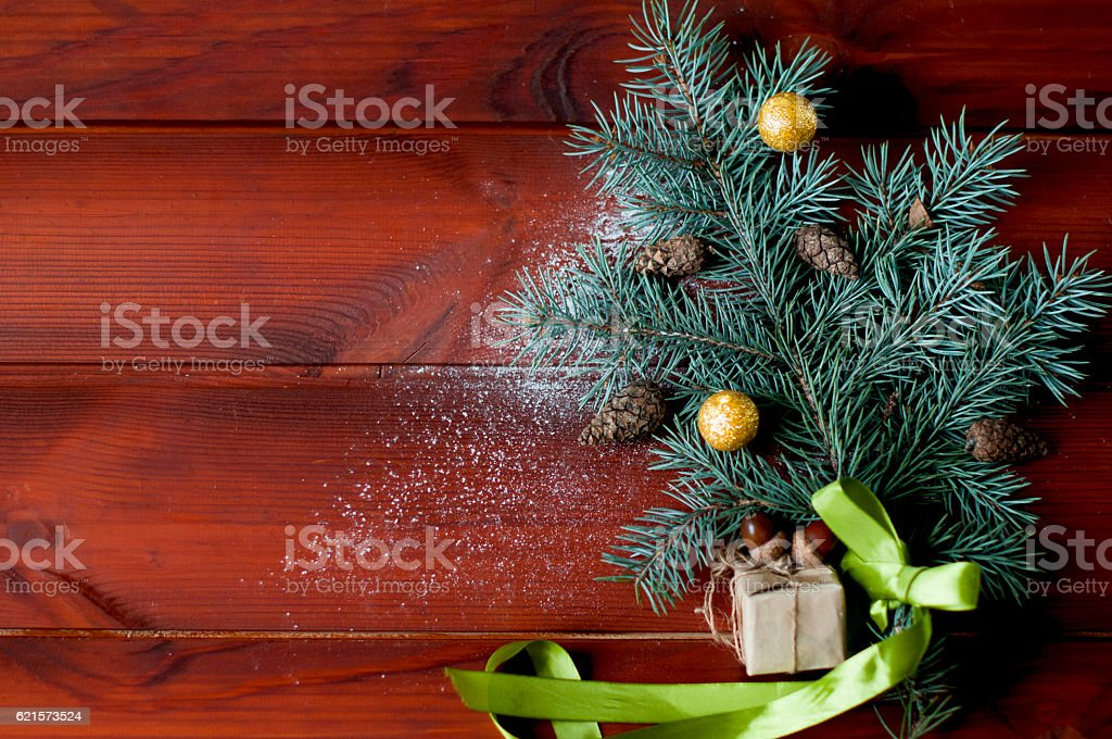 fir-tree branch with cones and toys on wooden boards. photo libre de droits