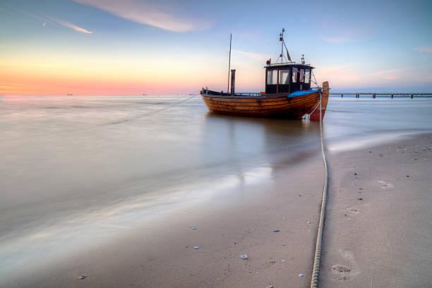 fischerboot uhr ostseestrand - usedom stock-fotos und bilder