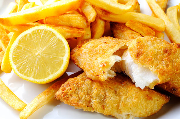 fish and chip - bakken stockfoto's en -beelden