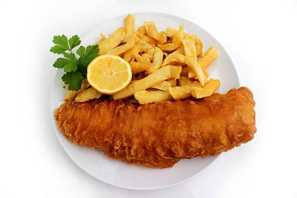 fish and chips auf weißen teller mit zitrone und petersilie - dinge die zusammenpassen stock-fotos und bilder