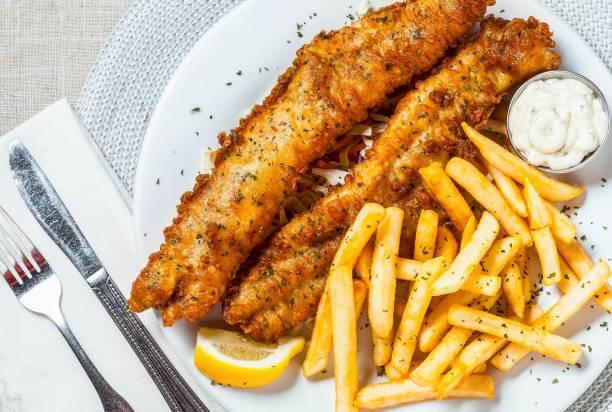 fish and chips - жареный стоковые фото и изображения