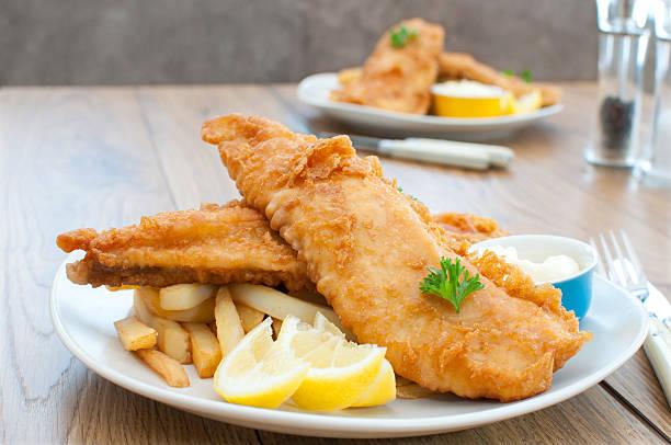 fish and chips - kızartılmış stok fotoğraflar ve resimler