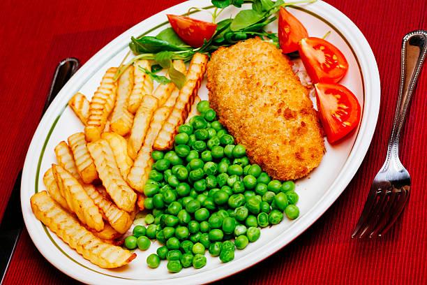 fish and chips - englischer erbsen salat stock-fotos und bilder