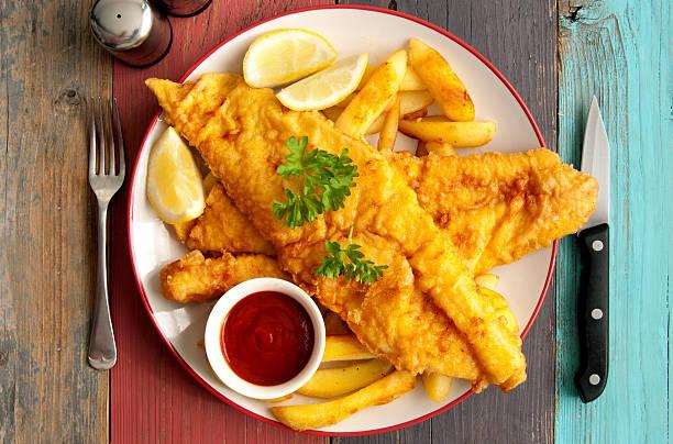 рыба с жареным картофелем  - жареный стоковые фото и изображения
