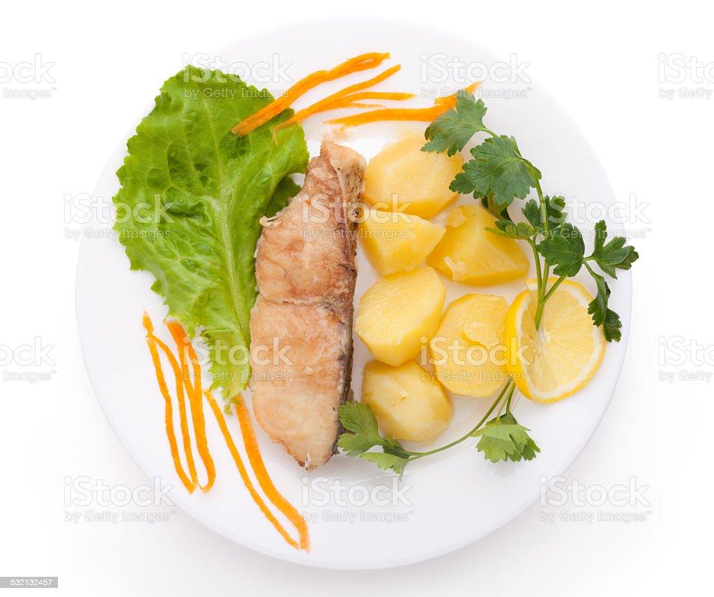 Fisch und Kartoffeln, isoliert auf weißem Hintergrund – Foto