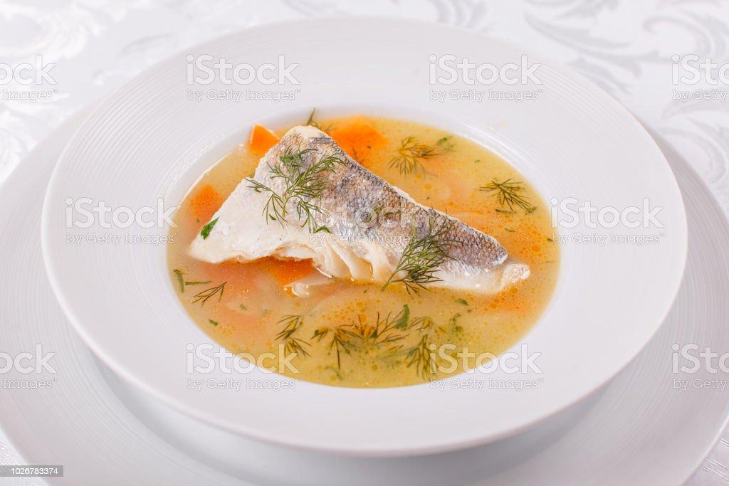 Fisch und Meeresfrüchte Suppe. Köstliche Suppe mit Fisch und Gemüse für das Abendessen – Foto