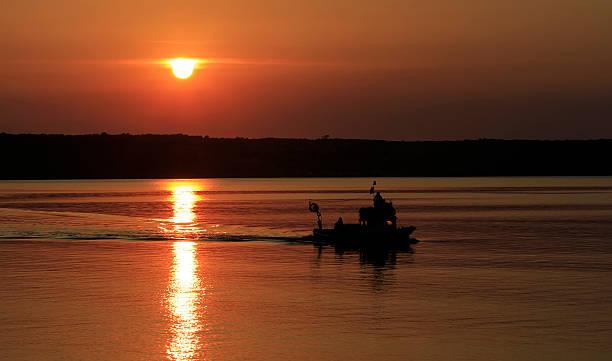 Angeln Boot und Sonnenuntergang – Foto