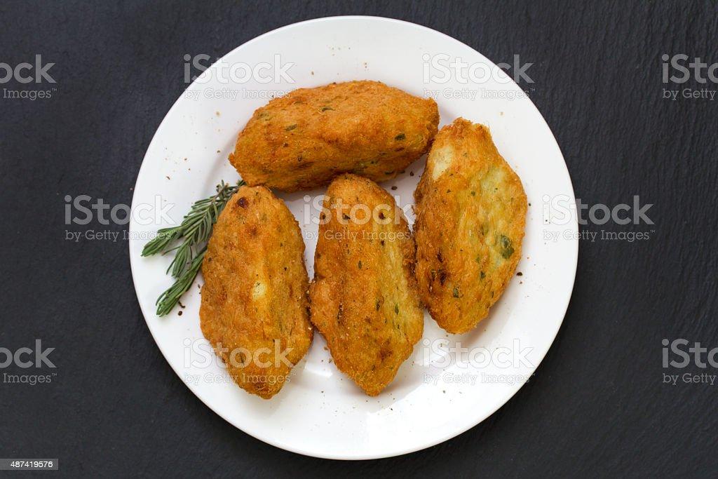 Croquetes de peixe em um prato - foto de acervo