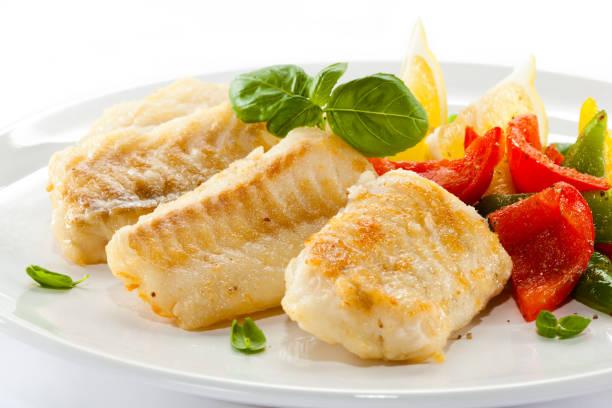 fish dish - fish fillet and vegetables - cod imagens e fotografias de stock
