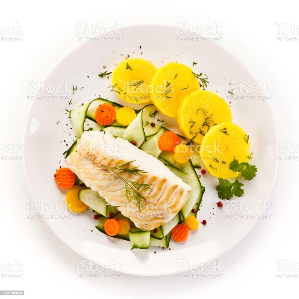 Fischgericht-gebratenes Fischfilet und Gemüse – Foto
