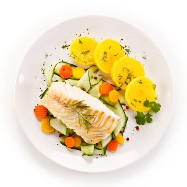 fish dish - fried fish fillet and vegetables - cod imagens e fotografias de stock