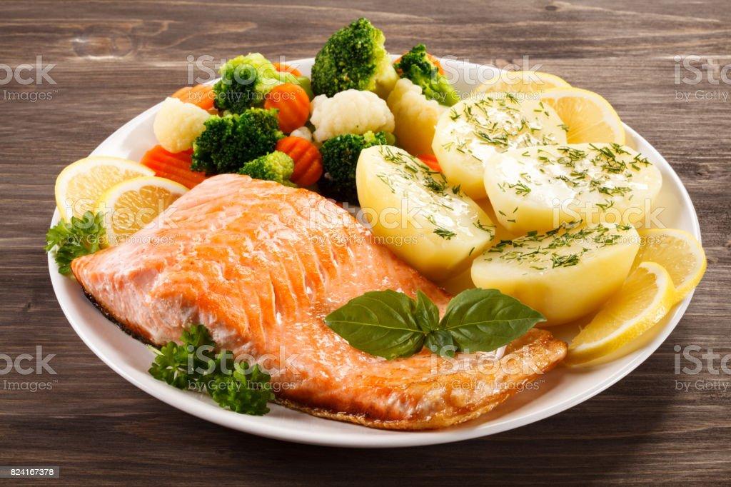 Plato de pescado - Salmón frito con verduras - foto de stock