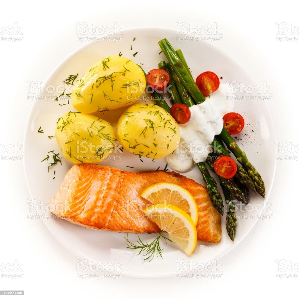 Fotografía de Plato De Pescado Salmón Frito Con Verduras y más banco ...