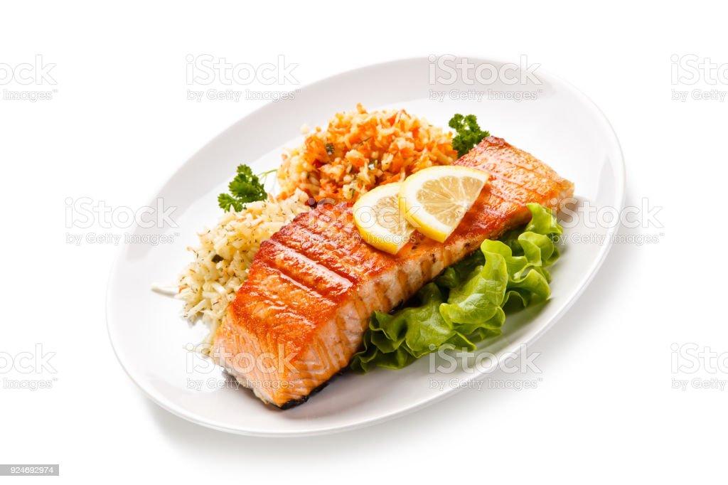 Prato de peixe - salmão grelhado e salada de legumes - foto de acervo