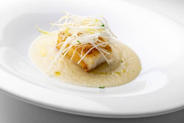 plato de pescado, bacalao asado con puré de apio de verona - rodaballo fotografías e imágenes de stock