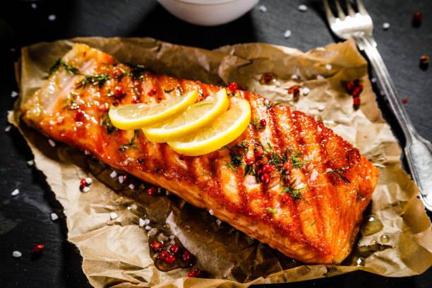 fischgericht - lachs steak und gemüse - lachs meeresfrüchte stock-fotos und bilder