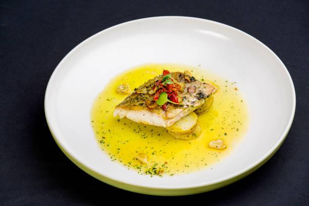 fischfilet in butter-zitronen-sauce - safransauce stock-fotos und bilder