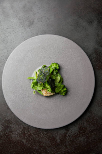 filete de pescado con brocolli - rodaballo fotografías e imágenes de stock