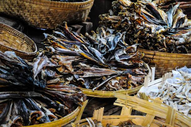 Fish Market. Mercato del pesce. Il pesce, essiccato al sole, è conservato, sotto sale in ceste di paglia. mercato stock pictures, royalty-free photos & images