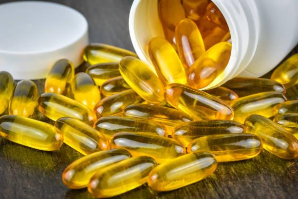 aceite de pescado pastillas - omega 3 fotografías e imágenes de stock