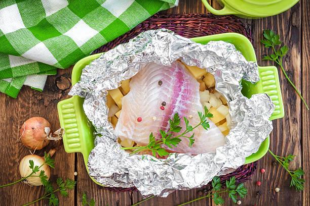 fish - silberzwiebeln stock-fotos und bilder