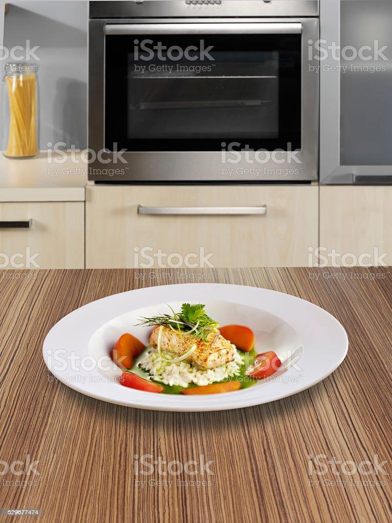 Prato de peixe sobre o balcão de cozinha - foto de acervo