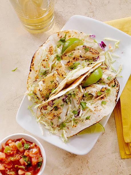 fisch-tacos - bier gesund stock-fotos und bilder