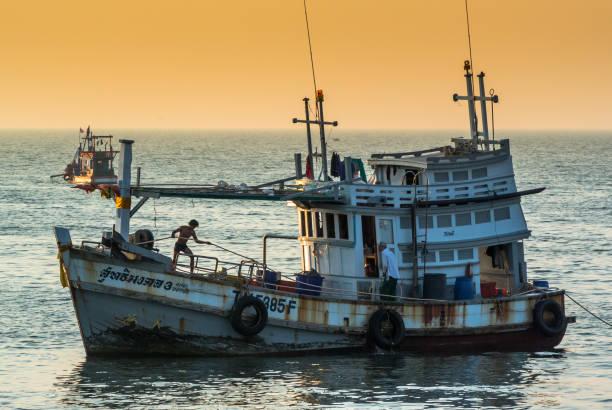 fisheraman boot im meer - wasserfledermaus stock-fotos und bilder
