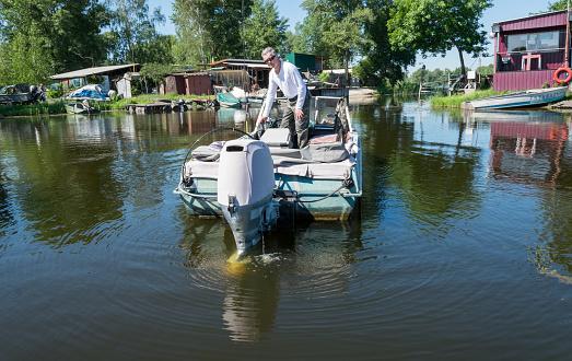 Foto de Pescador E Um Velho Barco De Pesca Barcos Nas Margens Do Rio Dnieper e mais fotos de stock de Aldeia