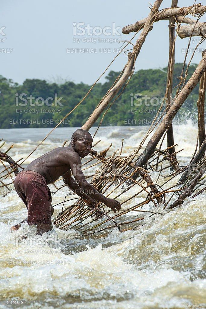 漁師の Wagenia 滝キサンガニコ...