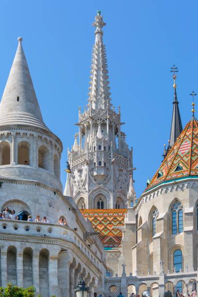 漁師の砦と11世紀のマティアス教会、ブダペスト、ハンガリー - マーチャーシュ教会 ストックフォトと画像