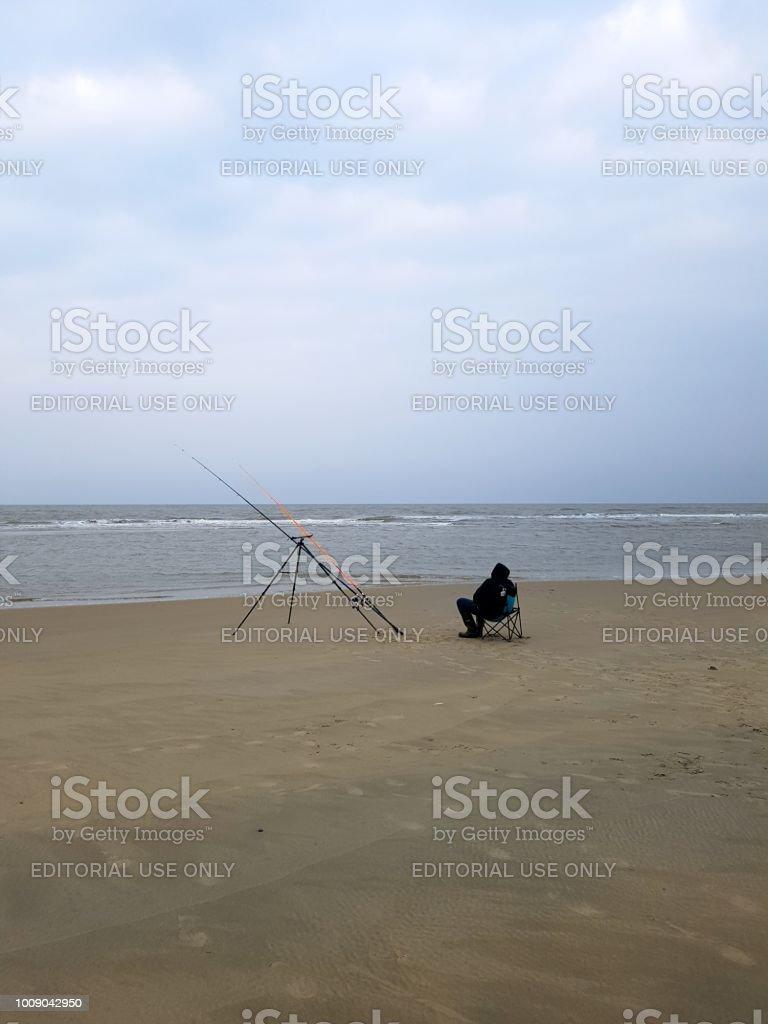 Fischer Angeln vom Strand entfernt in der Nordsee – Foto