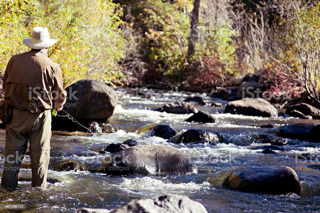 Fisherman Fliegenfischen in Colorado mountain stream – Foto