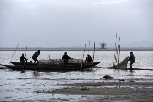 Fischer legen ihre Bambus gemacht Fischernetz – Foto