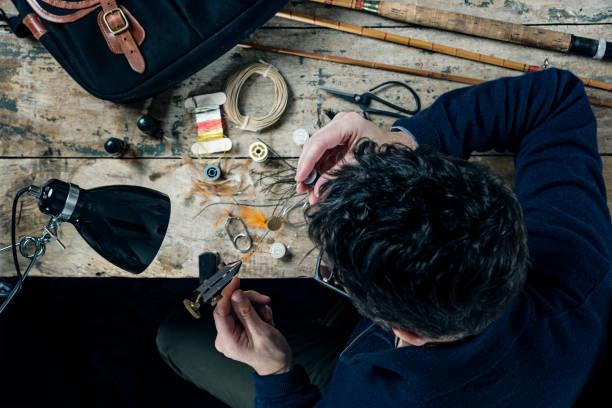fischer macht angeln fies overhead-ansicht - angeln dänemark stock-fotos und bilder