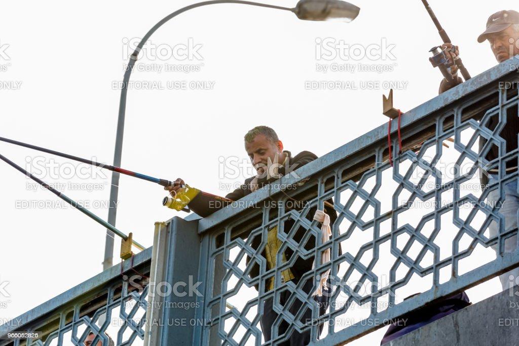 Visser op de Galata brug over de Bosporus in Istanbul - Royalty-free Alleen mannen Stockfoto