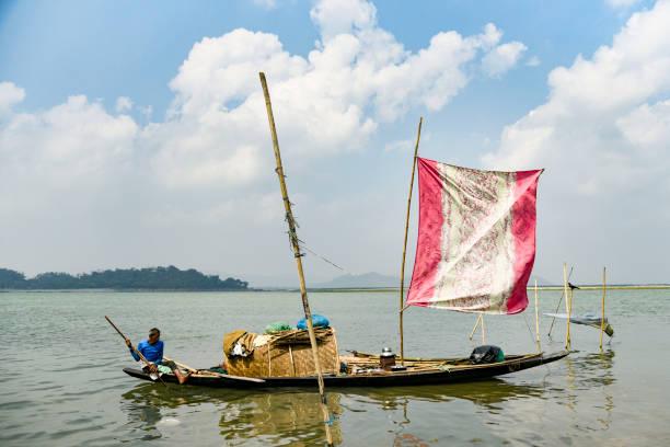 Fischer auf seinem Boot im Fluss Brahmaputra – Foto