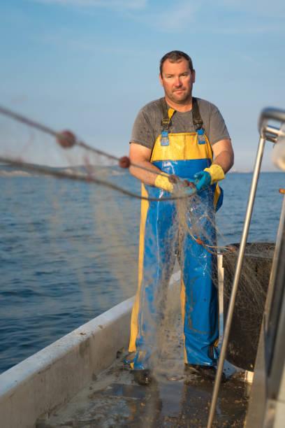fischer auf der arbeit, ziehen die netze - segelhandschuhe stock-fotos und bilder