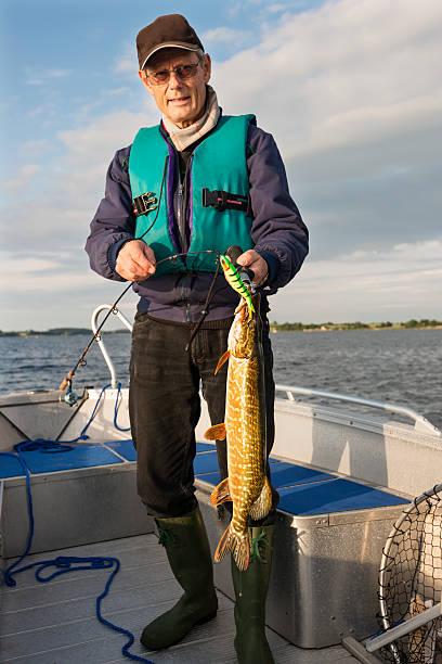 fisherman stolz hält seine ein pike. - angeln dänemark stock-fotos und bilder